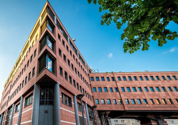 Kollegiengebäude am Kronenplatz (05.20), das ISSD befindet sich in der Triangel im 4. und 5. OG