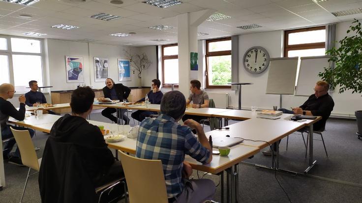 Zusammenkommen mit gemeinsamen Lunch am ersten Tag drei neuer Mitarbeiter