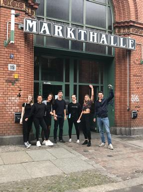 Die Fairment-Crew vor der Markthalle Neun