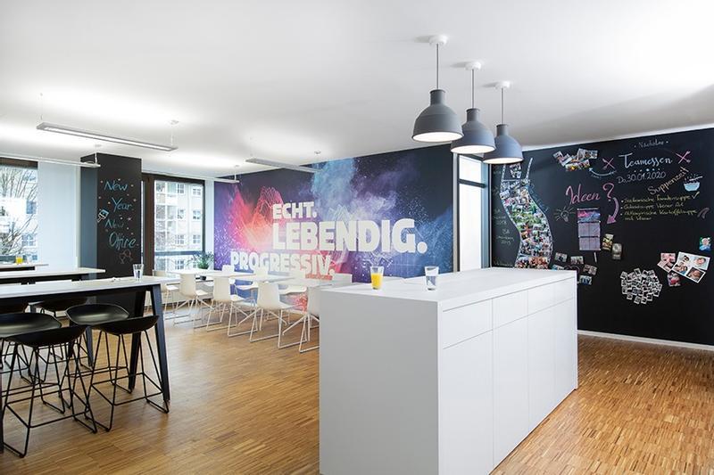 Unser Workcafé, hier verbringen wir unsere Mittagspausen, treffen uns an der Kaffeemaschine oder tauschen uns in größerer Runde aus.